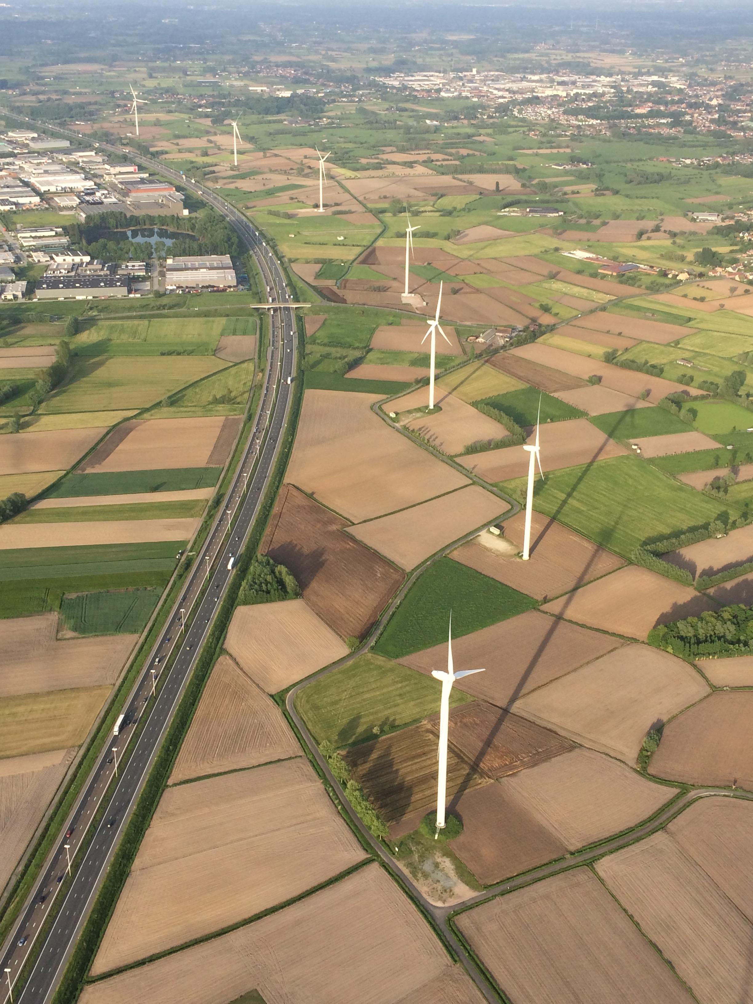 Ballonvaart E17 zicht windmolens